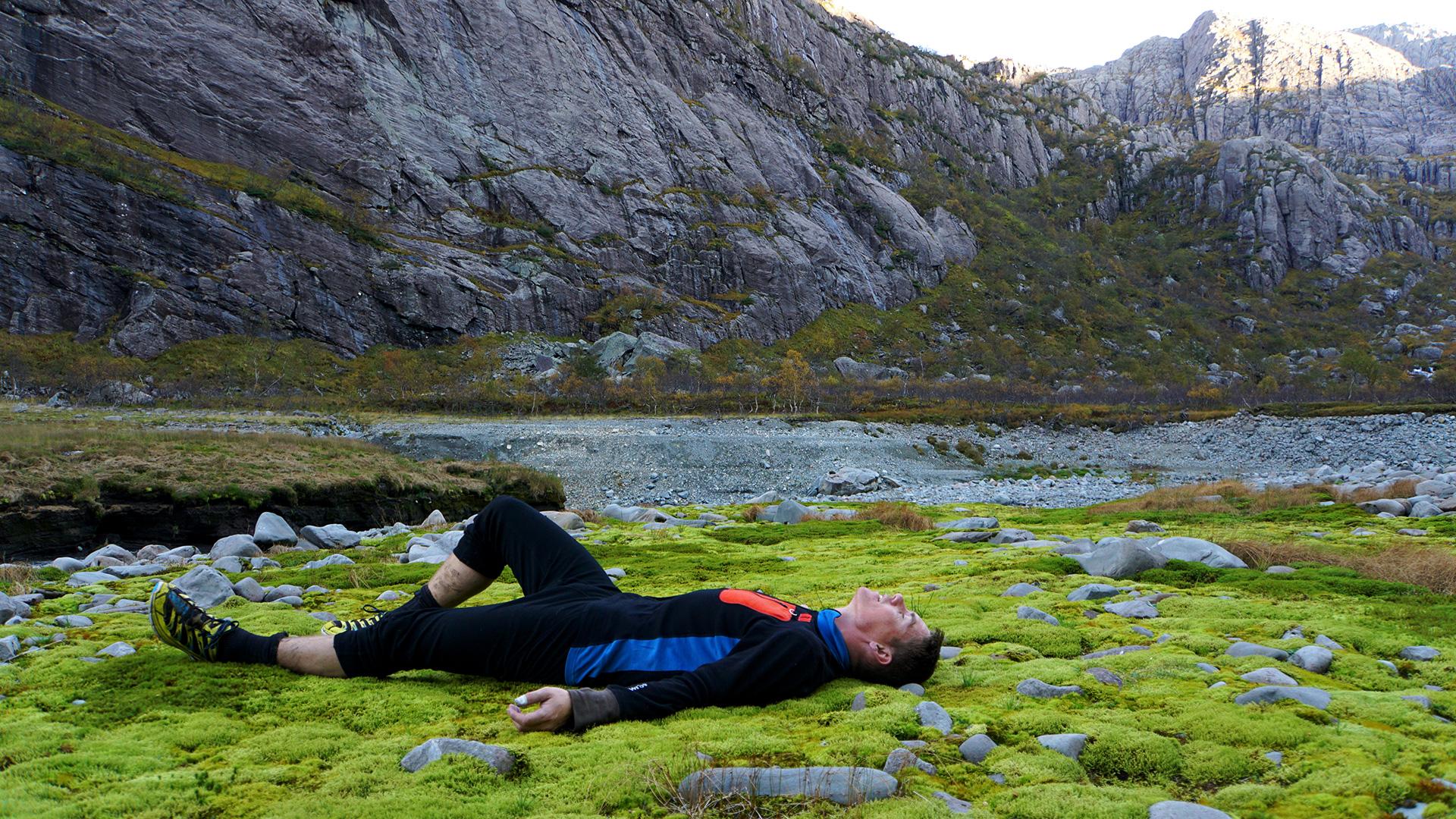 Mann som hviler i fjellet